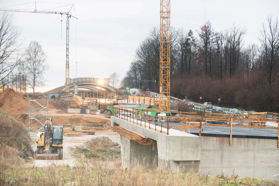 Die Arbeiten an der Schnellstraße S 177 zwischen Radeberg und Leppersdorf gehen ohne Unterbrechung weiter. An der Brücke über den sogenannten Deponieteich wird derzeit gebaut. Die Wildbrücken im Hintergrund sind bereits fertig.