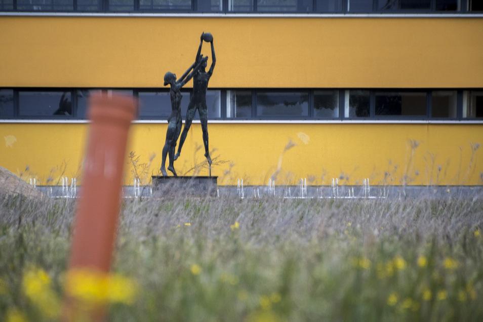 Aus dem Feld gegenüber der jetzigen Sporthalle am Eichenhain in Gröditz ragt ein einsames PVC-Rohr.
