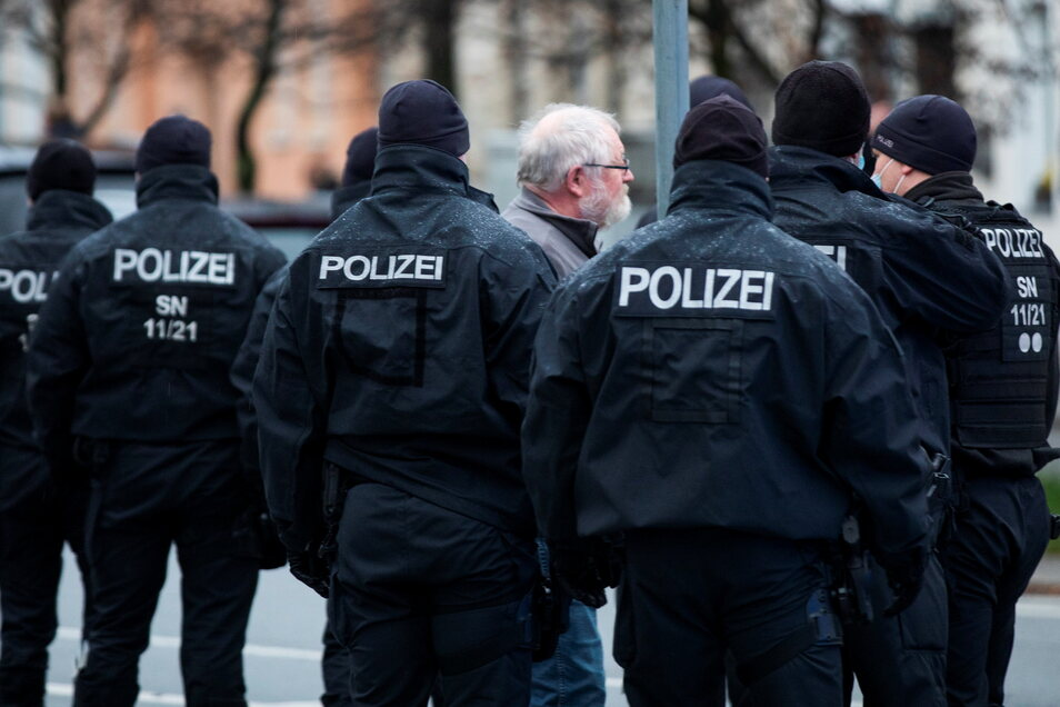 """Ein großes Polizeiaufgebot begleitet den """"Spaziergang"""" am Montagabend."""