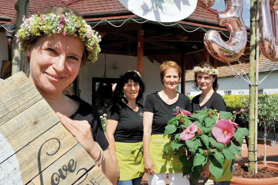 Blumig wurde es auch zum Jubiläum. Das Team des Blumenhauses Krautz in Groß Düben ist guter Dinge und froh, wieder für die Kunden da zu sein: Kathi, Christel, Chefin Marlies Krautz und Tochter Antje (von links nach rechts im Bild zu sehen).