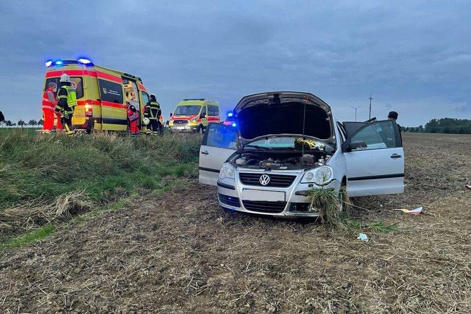 Der VW steht mit Totalschaden auf dem Feld neben der B175 bei Geringswalde. Die Fahrerin wurde bei einem Unfall schwer verletzt.