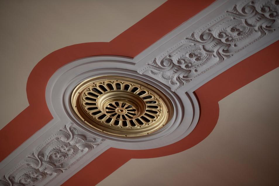 Jugendstil-Ornamente sind zum Beispiel an der Decke des großen Saals zu bewundern.