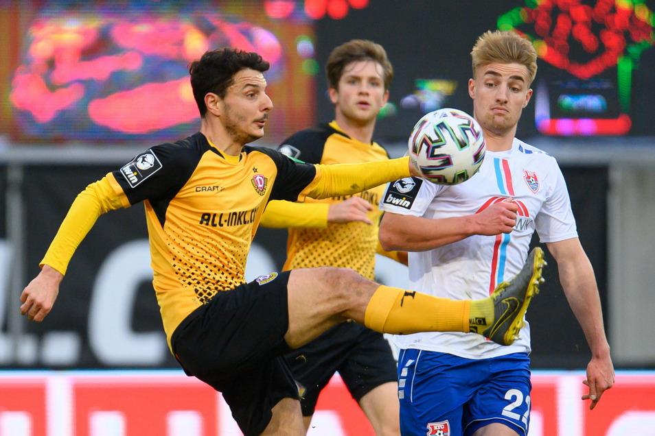 Das Spiel ist hart umkämpft, spielt sich aber vor allem zwischen den Strafräumen ab. Torchancen gibt es bisher nur wenige. Hier behauptet Dynamos Philipp Hosiner gegen Uerdingens Fridolin Wagner den Ball.