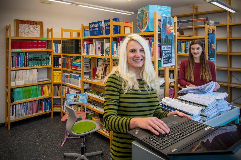 Die Räume der Bibliothek werden modern gestaltet. Sandra Völs (links) hat dafür ein Konzept erstellt. FSJlerin Lisanne Junghanns hilft beim Ausräumen der Bibliothek.