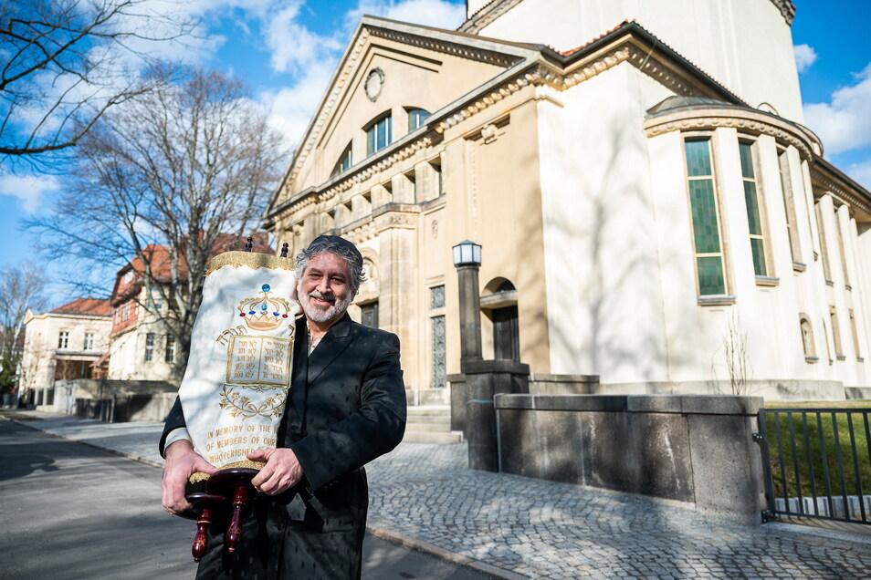 Alex Jacobowitz, Vorsitzender und Kantor der Jüdischen Gemeinde Görlitz (JGG) steht mit einer Thora-Rolle vor der früheren Synagoge auf der Otto-Müller-Straße in Görlitz.