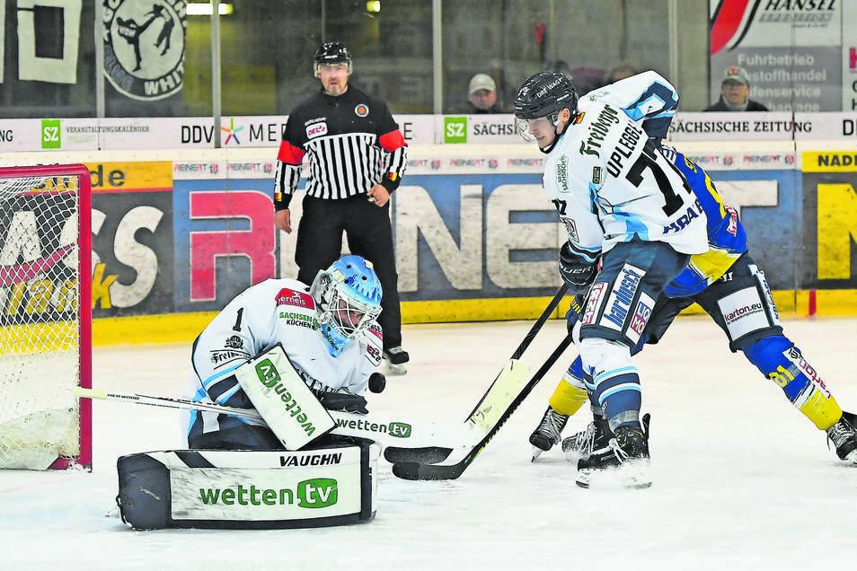 Zwei Weißwasseraner machen hier für Dresden dicht: Goalie Florian Proske rettet, dahinter sichert Arne Uplegger gegen Füchse-Stürmer Sebastian Streu ab.