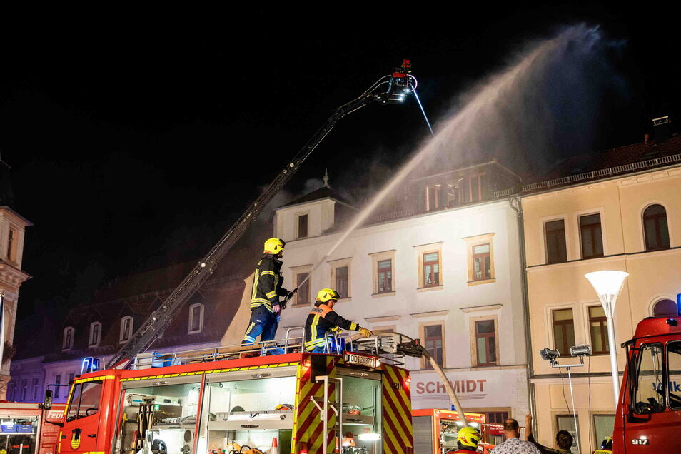 Mit mehreren Strahlrohren mussten die Feuerwehrleute den Brand im Dachgeschoss am Markt in Radeburg löschen.