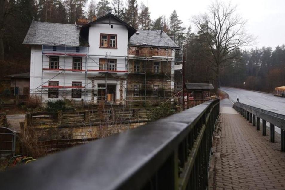 Der Gasthof Heidemühle an der Radeberger Landstraße ist eingerüstet.