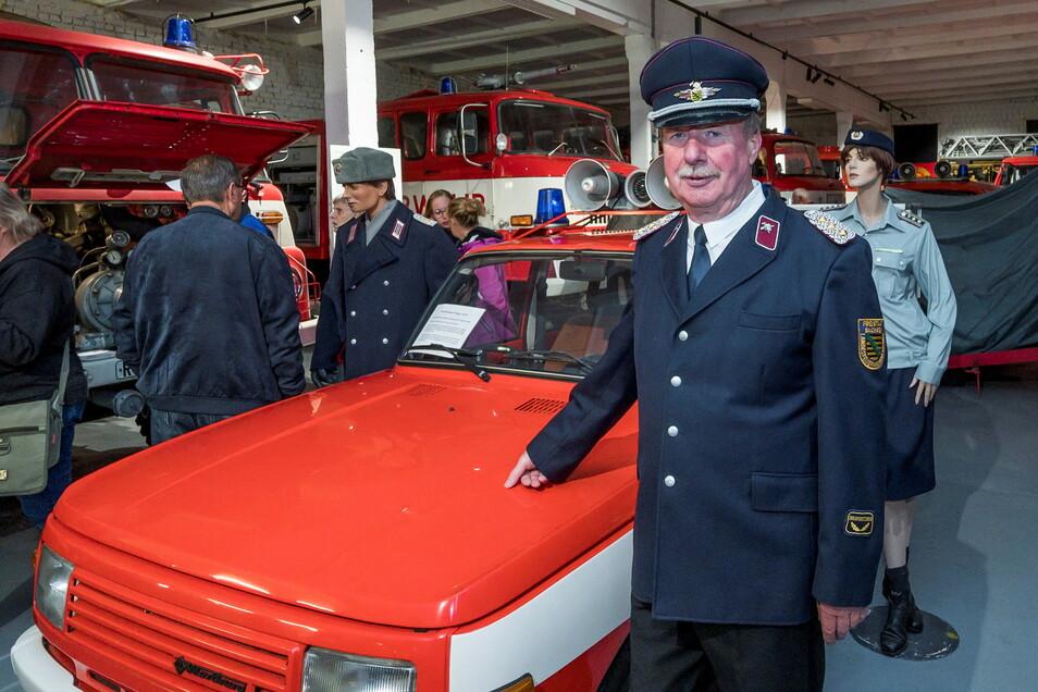 Über Hunderte Besucher konnte sich Museumsbegründer und Vereinschef Siegfried Bossack freuen, hier an seinem ehemaligen Dienstwagen aus DDR-Zeiten.