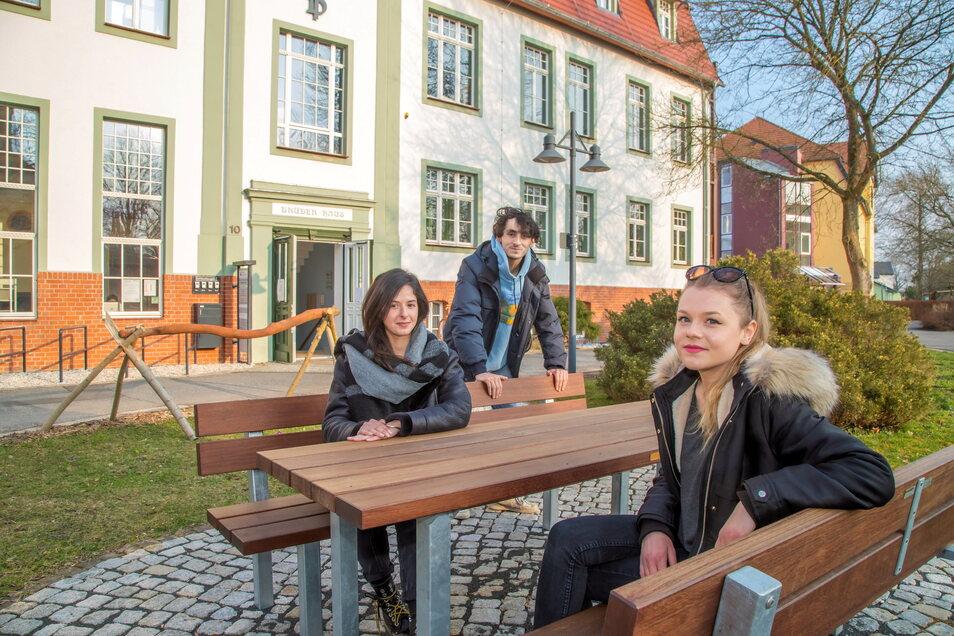 """Maria Guibaud aus Avignon, Noémie Wozniak aus Nancy und Florian Brosset aus Versailles absolvieren im Martinshof Rothenburg ihren """"Zivildienst""""."""
