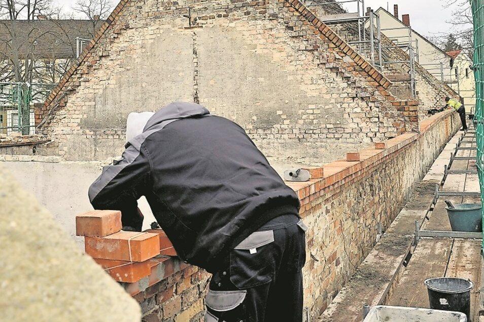 Bei den Scheunen am Gehalm in Bad Muskau ist inzwischen wöchentlich ein Baufortschritt im Zuge ihrer Sanierung sichtbar.