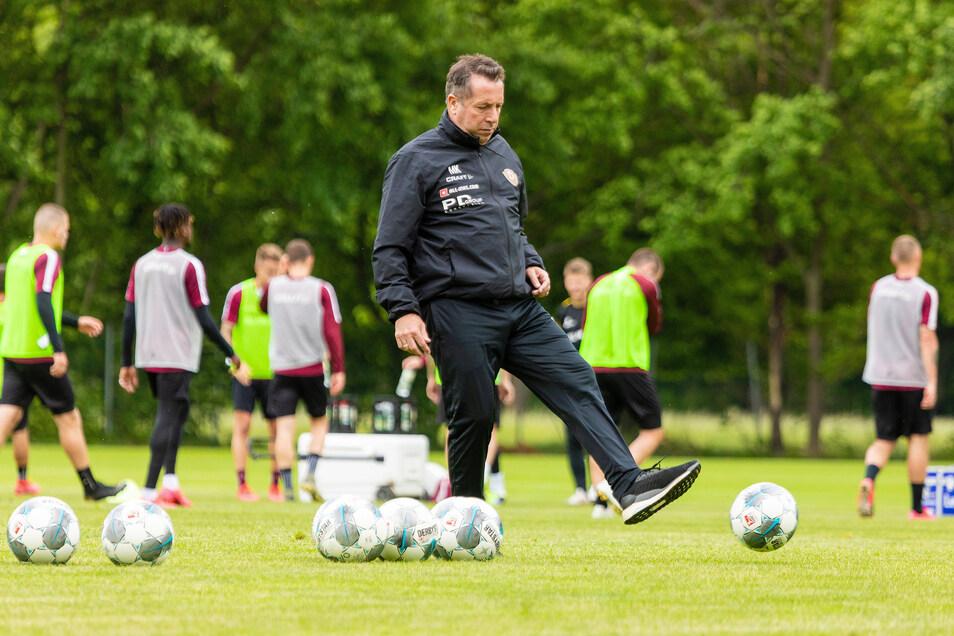 Auch der Trainer ist wieder am Ball. Nur eine Wiche bleibt Markus Kauczinski, um die Mannschaft auf den Neustart in der 2. Bundesliga gegen den VfB Stuttgart am Pfingstsonntag vorzubereiten.