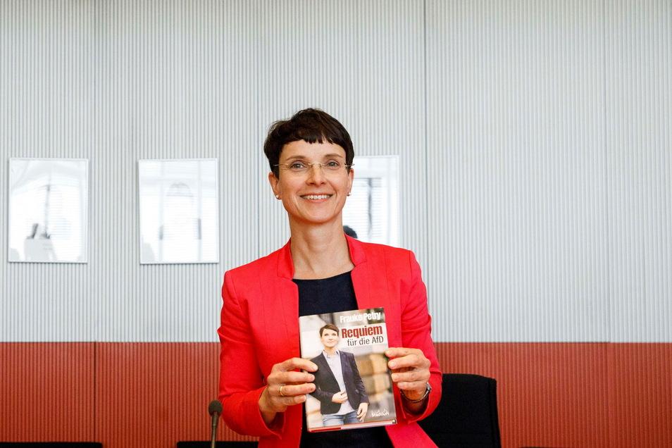 """Die frühere AfD-Vorsitzende Frauke Petry zeigt ihr neues Buch """"Requiem für die AfD""""."""