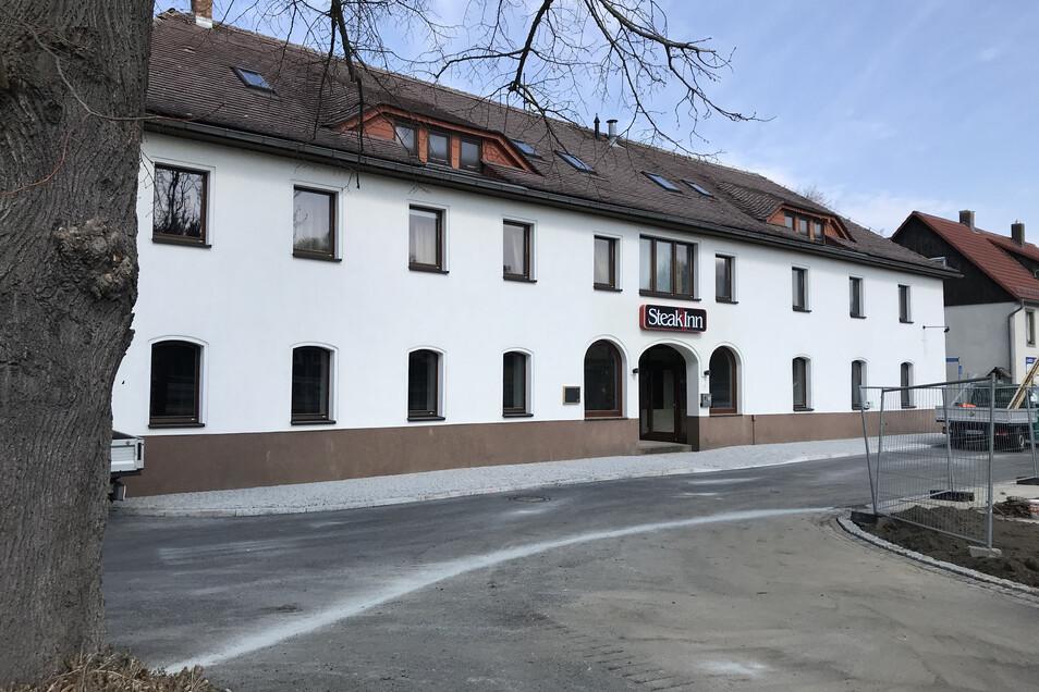 Der ehemalige Kretscham in Neusalza-Spremberg hat einen neuen Besitzer. Gegenüber baut die Stadt gerade einen Rastplatz für Wanderer und Radfahrer.