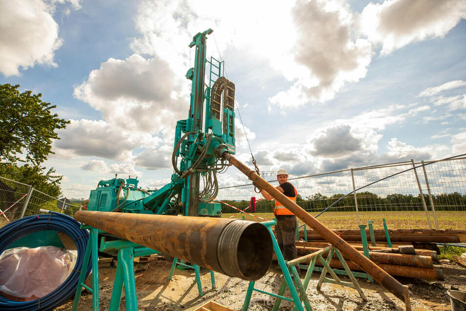 Großer Bohrer für ein großes Vorhaben: Brunnenbauer Vincent Ott bedient das Gerät, das derzeit in Großsedlitz steht.