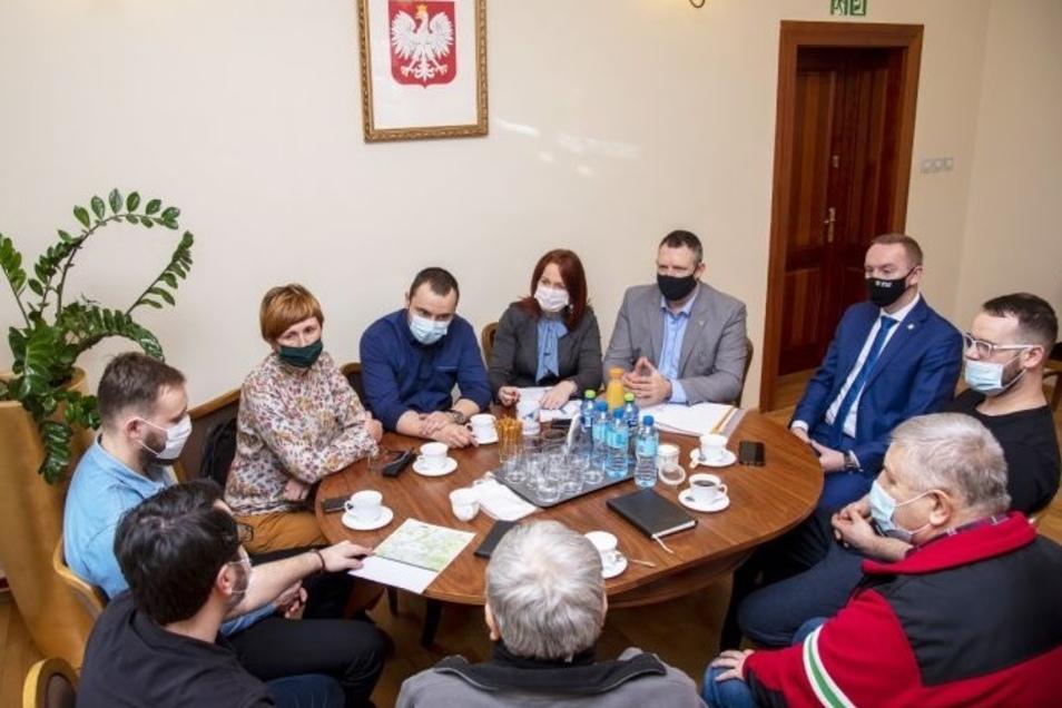 """Am Freitag fand im Stadt- und Gemeindebüro von Bogatynia ein Treffen über die Kartierung eines neuen Touristenpfades statt, der vorläufig """"The Turoszów Valley Trail"""" genannt wurde."""