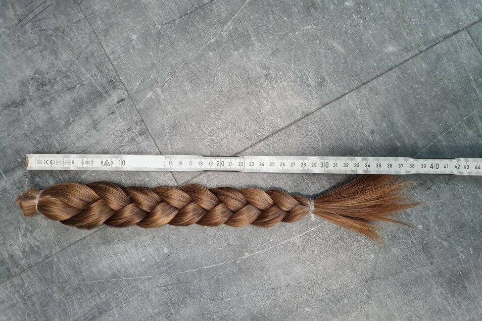 Einen knapp 40 Zentimeter langen dunkelblonden Haarschopf spendet nun Elena für kranke Kinder.