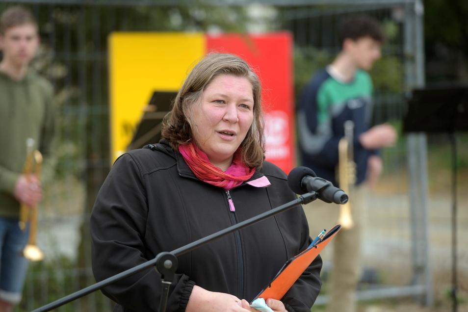 Katrin Filschke, Verwaltungsleiterin der Zinzendorfschulen bei der Grundsteinlegung, die wegen der Corona-Regeln in minimalem Rahmen stattfand.