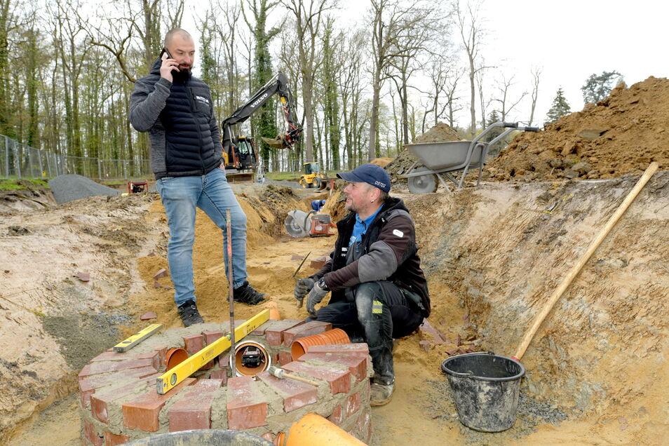 Osteg-Geschäftsführer Marco Matthäi (links) bespricht mit Polier Rocco Fahlke (r.) den Bauablauf auf einer Baustelle in Herrnhut.