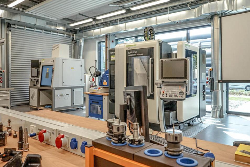 Blick in einen Ausbildungsraum im neuen Laborgebäude der Berufsakademie Bautzen.