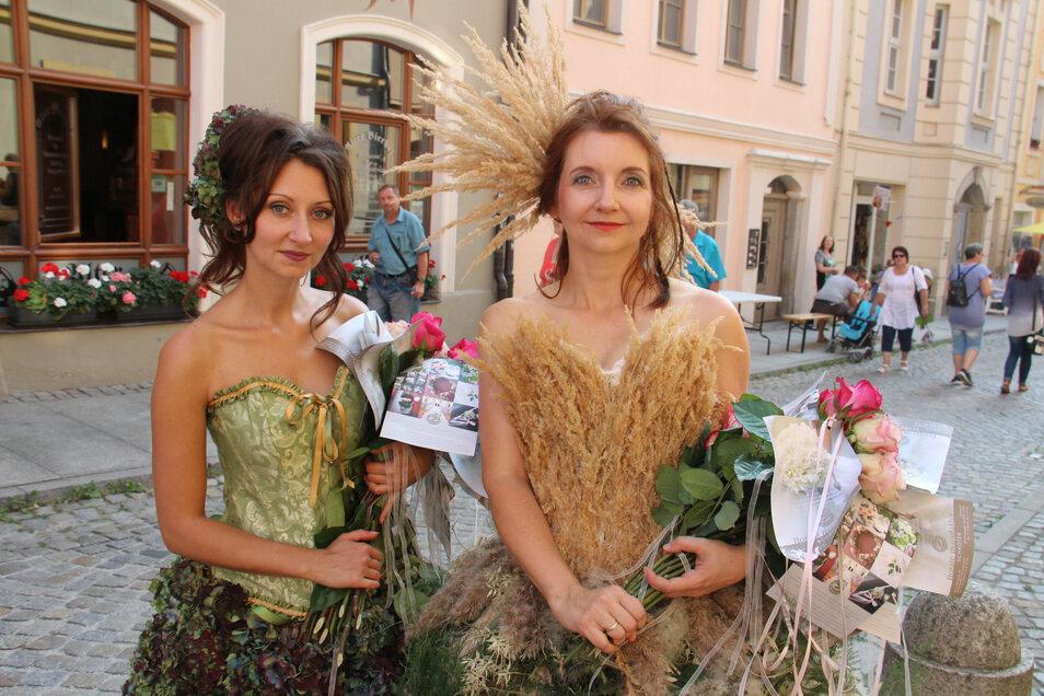 Szenen vom Altstadtfest aus dem vergangenen Jahr: Olga Wos (l.) und Katharina Bühn haben in der Heringstraße Rosen verteilt.