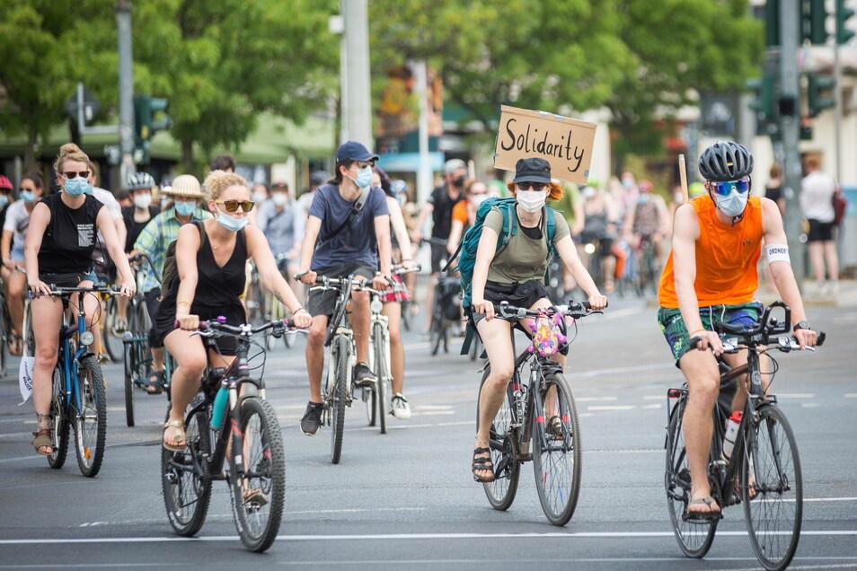 Ihre Solidarität mit Flüchtlingen haben rund 150 Radfahrer am Sonntag in Dresden ausgedrückt.