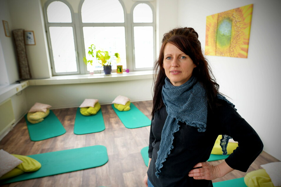 Hebamme Manuela Otto im Kursraum ihrer Praxis in Zittau. Sie ist die einzige Hebamme weit und breit, die Hausgeburten begleiten darf.