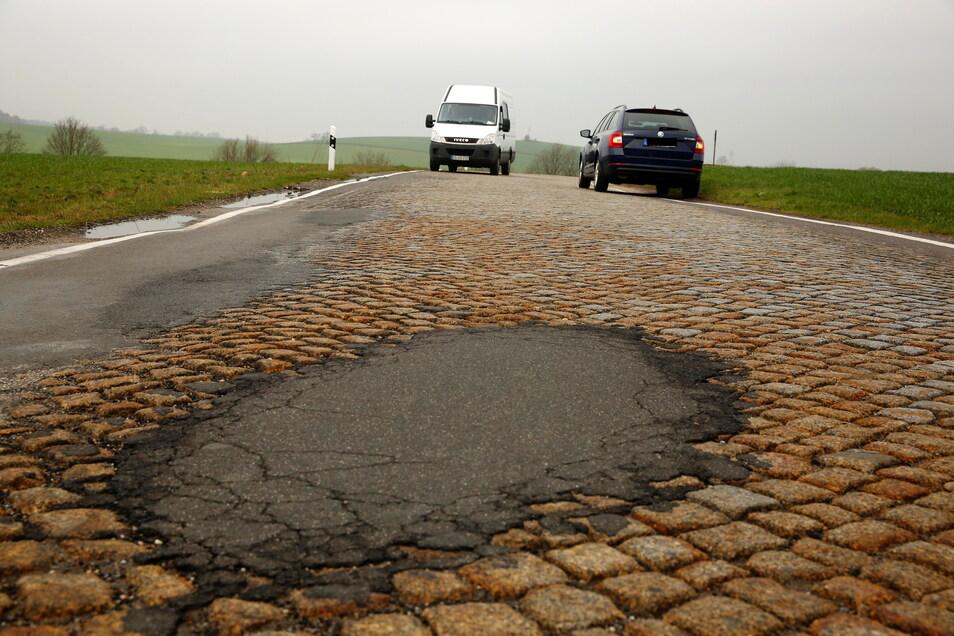 So sieht es derzeit auf der Straße zwischen Großnaundorf und Mittelbach aus: Schlaglöcher und Risse. Zwei Autos können sich kaum begegnen.