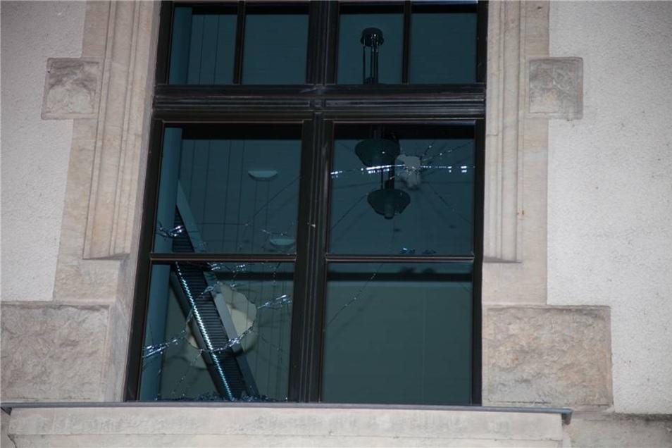 Dabei gingen mehrere Fensterscheiben ...