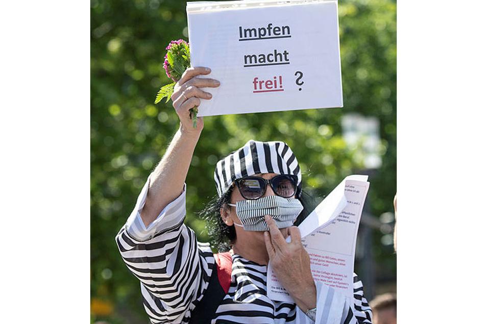 Teilnehmerin einer Anti-Corona-Demo in Frankfurt/Main protestiert in Häftlingskleidung gegen das Impfen.