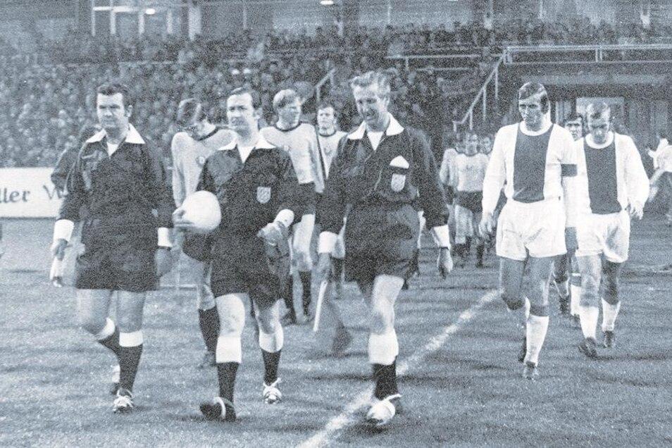 29.September 1971, Dresden, Rudolf-Harbig-Stadion: Schiedsrichter Ken Burns aus England führt die Mannschaften von Dynamo und Ajax (3.v.r. Johan Cruyff) zum Rückspiel im Europapokal auf den Rasen. Dynamos Partygänger von Amsterdam sind mit dabei. Doch für