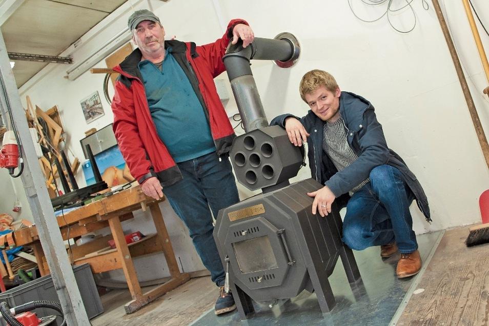 Anleiter Ralf Kaubisch (l.) und Tony Preibisch, Projektleiter der Sozialprojekte, am neuen Ofen in der Holzwerkstatt.