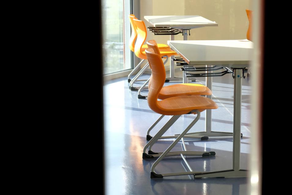 Klinisch sauber, und trotzdem dürften die Abiturienten ins Schwitzen kommen: Die Tische für die Leistungskursler Physik im Meißner Gymnasium Franziskaneum.