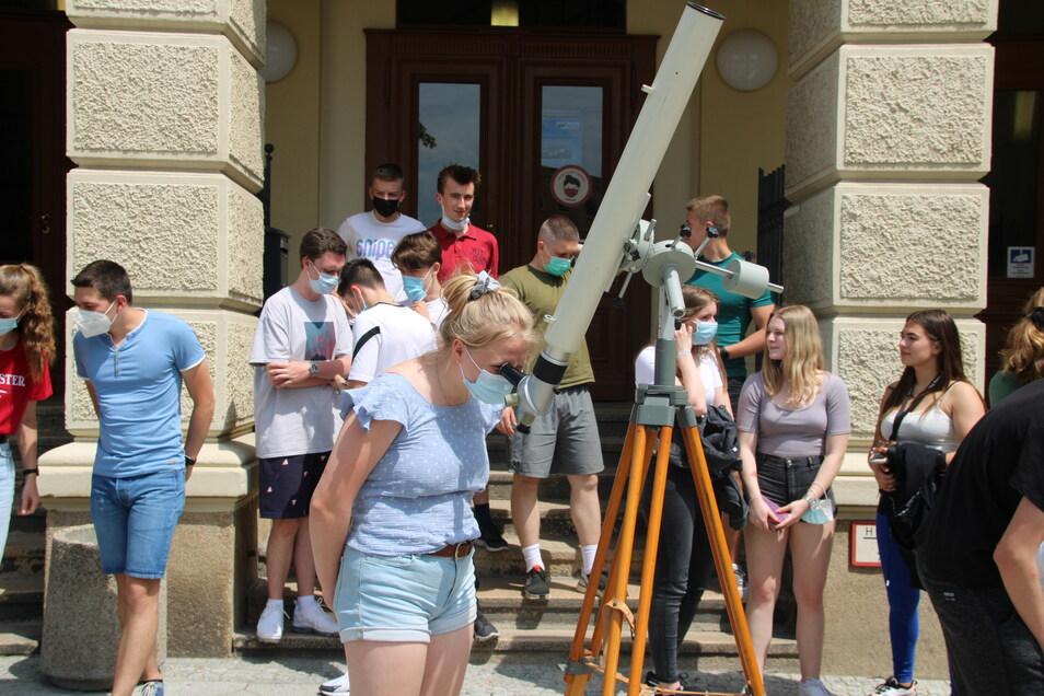 Interessiert verfolgten die Schüler den Weg des Mondes vor der Sonne.
