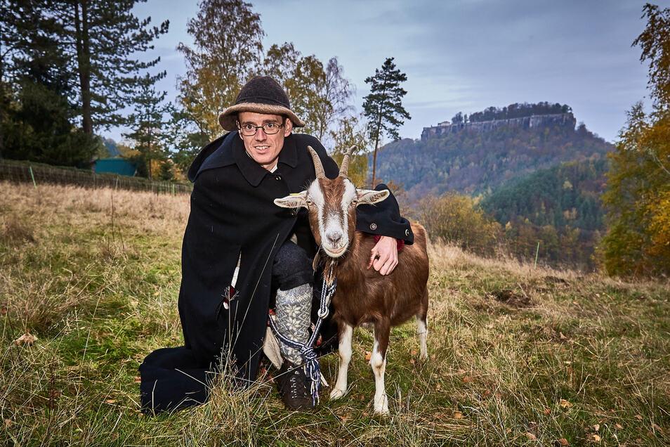 Die Mission Ziegenabtrieb kann beginnen: Ziegenhirte Patu alias Patrick Pietsch mit einem seiner Tiere in Pfaffendorf.