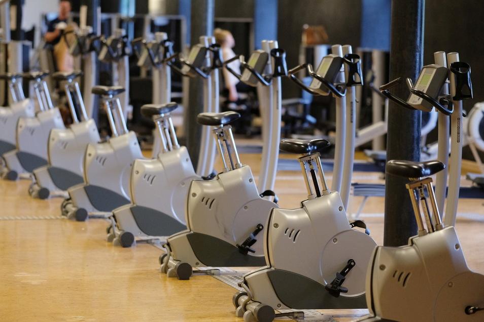 Sportgeräte sind in einem Leipziger Fitnessstudio zu sehen: Viele Studios waren im Corona-Lockdown für lange Zeit geschlossen.