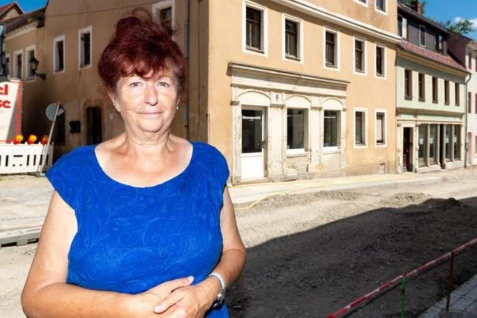 """Annemarie Gierth vom """"Haus der Dame"""" gehört zu den alteingesessenen Einzelhändlern, die ein Geschäft an der Bahnhofstraße betreiben. """"Ich freue mich, dass es so schön wird"""", sagt sie zum Ausbau der Straße. Bis Mitte Juli sollen nach SZ-Informationen die A"""