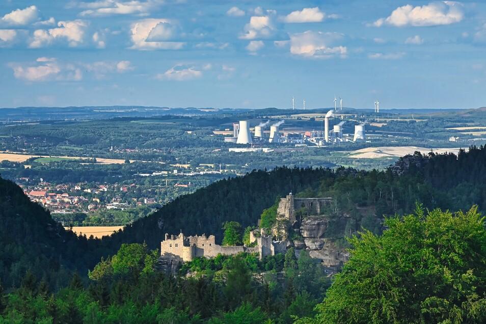 Blick von Oybin-Hain auf die Burg Qybin und das Kraftwerk Turow.