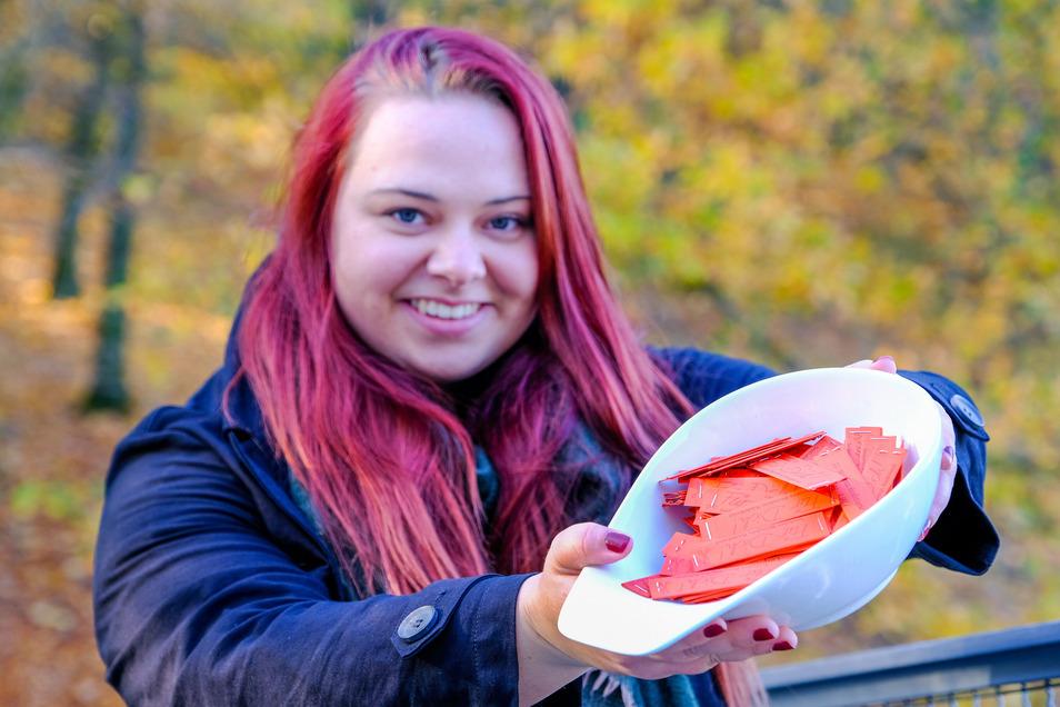 Lydia Mühlstein vom Deutschen Kinderschutzbund hält einen Topf mit Losen der Weihnachtslotterie in der Hand. Unter anderem im Mohrenhaus sind sie weiter erhältlich.