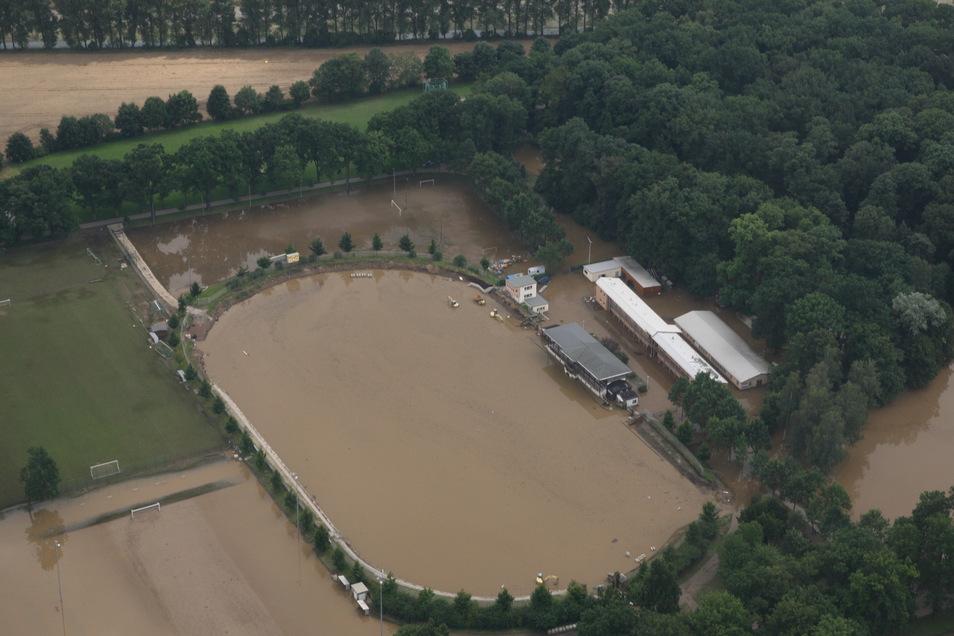 Das Stadion wie auch der Rest der Weinau ist überflutet.