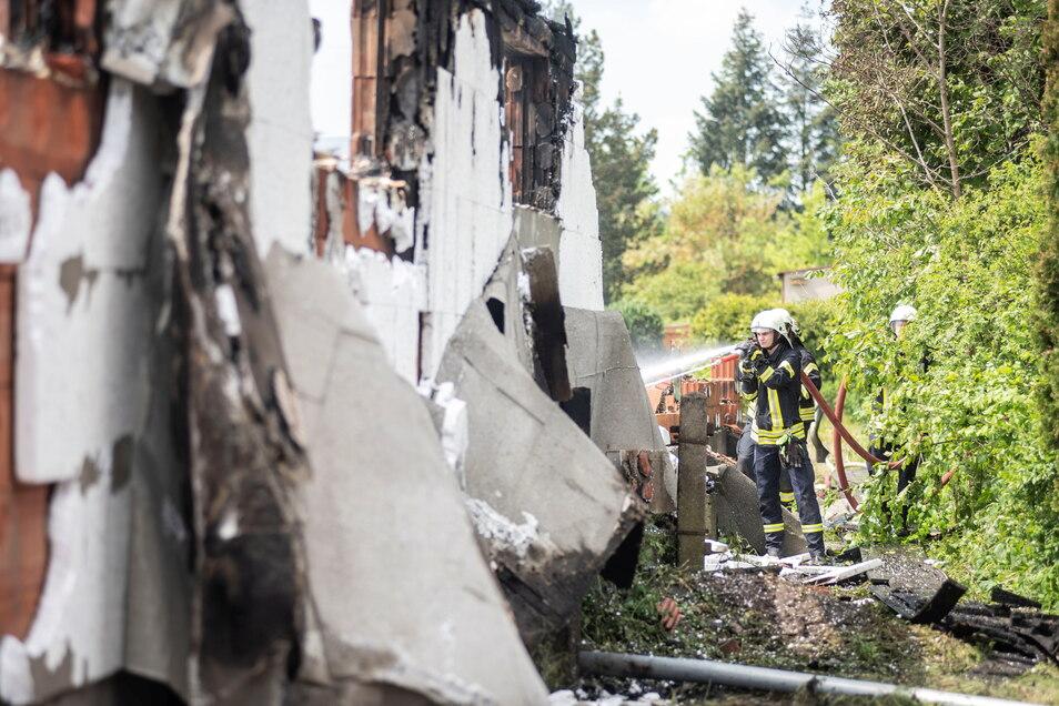 Von den Lagerhallen, die am Dienstagnachmittag in Laußnitz in Brand gerieten, sind nur noch Trümmer übrig.