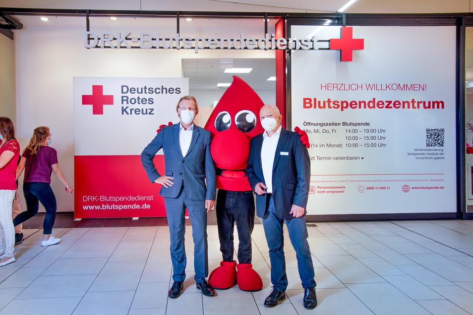 Torsten Tonn (li.), der medizinische Geschäftsführer des DRK-Blutspendedienstes Nord-Ost, und Jürgen Wolf, der Manager der Centrum-Galerie freuen sich über die dauerhafte Zusammenarbeit.