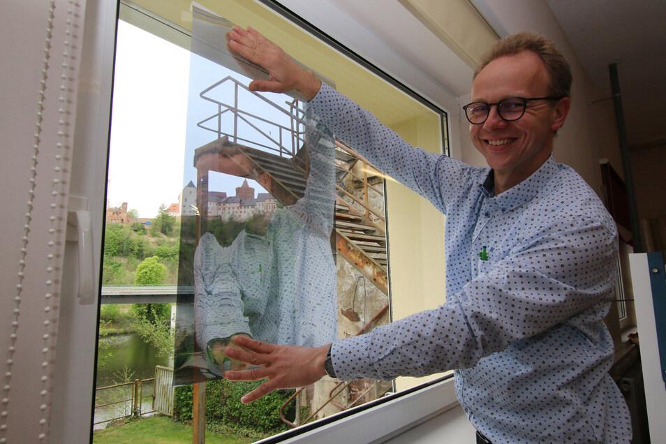 Sonnenschutz-Experte Andreas Schmidt und seine Mitarbeiter werden Proberäume in Leisniger Schulen mit einer Klebefolie ausstatten, die einen Blend- und Hitzeschutz zugleich bieten kann.