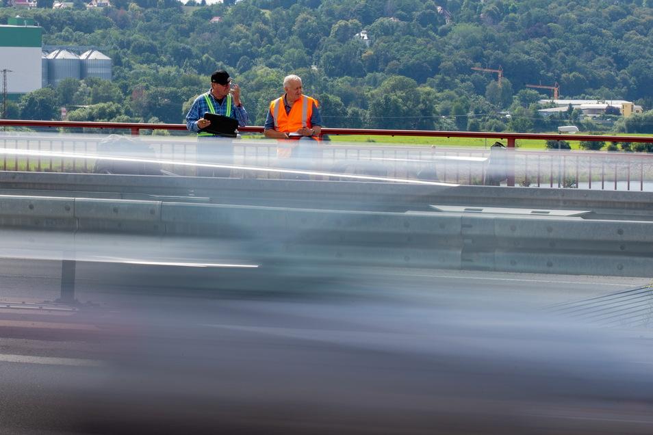 Olaf Sietschka (l.) und Ralf Grahl im Zähleinsatz. Zur letzten Erhebung 2015 passierten über 18.000 Fahrzeuge täglich die Sachsenbrücke.