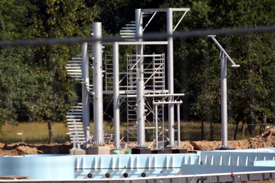 Einige Teile der Wasserrutsche müssen abgebaut werden.