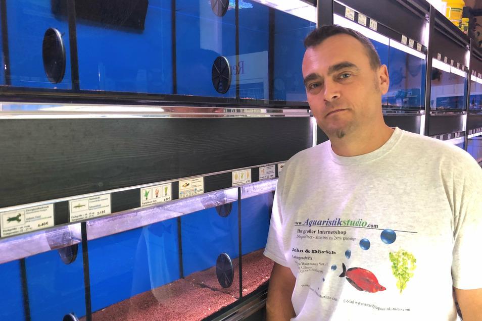 Michael John in seinem Aquaristik-Studio, das wegen Corona seit März geschlossen ist. Tausende von Zierfischen hat er derzeit andernorts untergebracht.