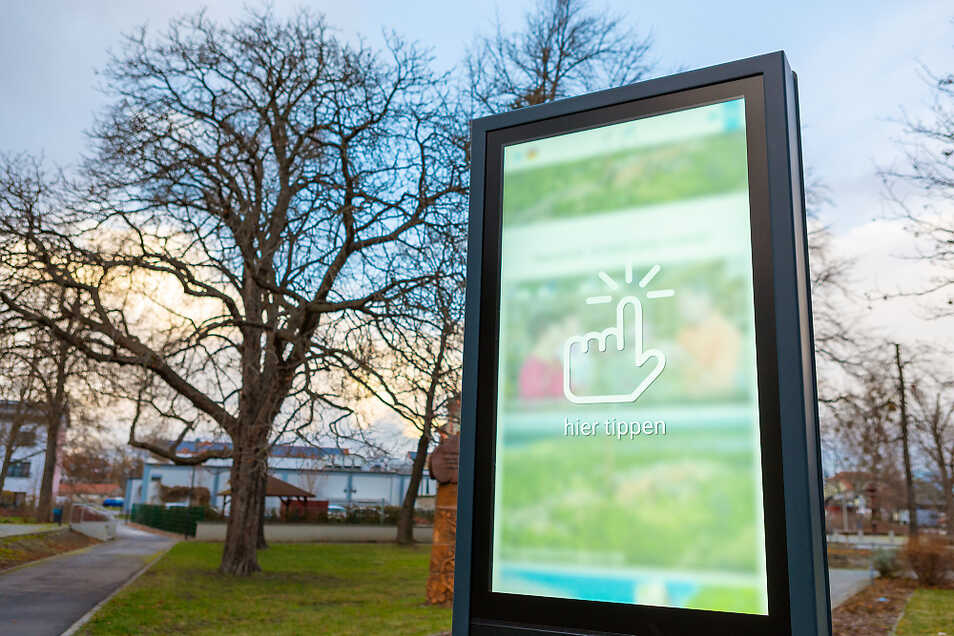 Den Park der Nationen hinter sich, ist die Info-Stele nun als Anlaufpunkt für Einheimische und Touristen gedacht, die sich über die Möglichkeiten in der direkten Umgebung und im gesamten Seenland informieren möchten. Tippen und schon geht es los.