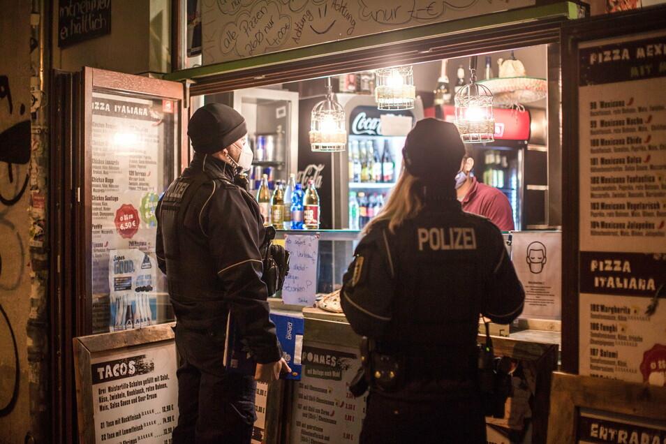 Auch nach 22 Uhr werden hier noch Getränke und Pizza feilgeboten. Ein Verstoß gegen die aktuellen Corona-Regeln.