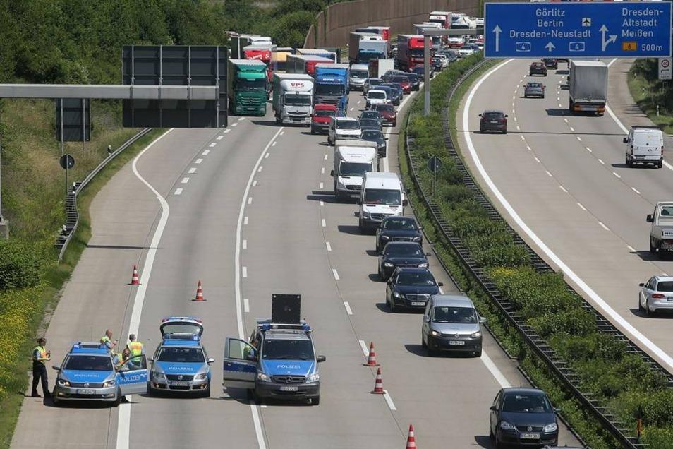 Noch ist unklar, weshalb es zu der Kollision kam. Die Autobahn war über mehrere Stunden gesperrt.