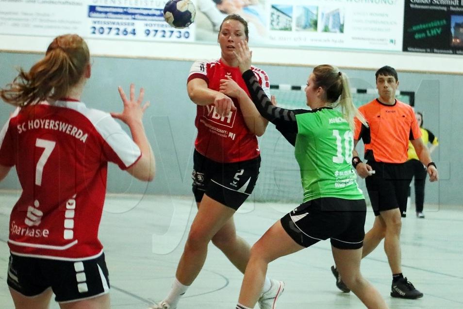 Die Sportclub-Frauen im Vorwärtsgang: Vera Apitz spielt Marie Grabsch an.
